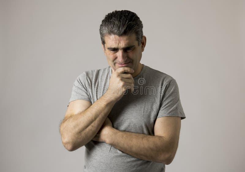 Porträt von 40s zu 50s traurig und zum besorgten Mann, der frustriert und im Druck- und Sorgengesichtsausdruck lokalisiert hoffnu lizenzfreie stockbilder