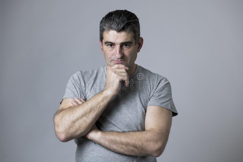Porträt von 40s zu 50s traurig und zum besorgten Mann, der frustriert und im Druck- und Sorgengesichtsausdruck lokalisiert hoffnu lizenzfreie stockfotos