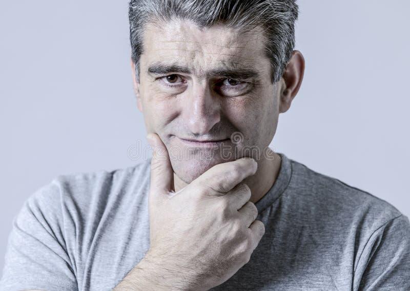 Porträt von 40s zu 50s traurig und zum besorgten Mann, der frustriertes schaut stockfotografie