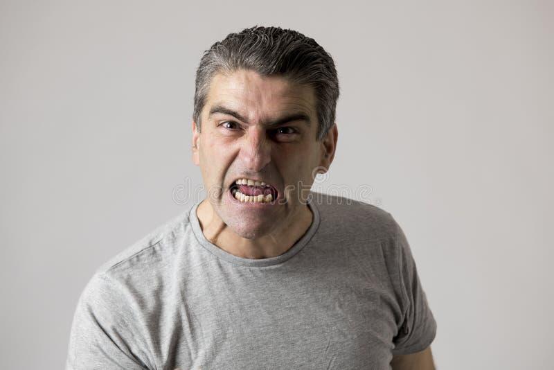 Porträt von 40s zum weißen verärgerten 50s und umgekippten Kerl und zum verrückten wütenden und aggressiven Gesichtsausdruckgezet stockfotografie