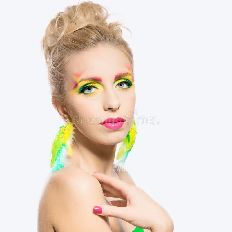 Porträt von schönen Blondinen Klares farbiges Sommermake-up lizenzfreie stockfotos
