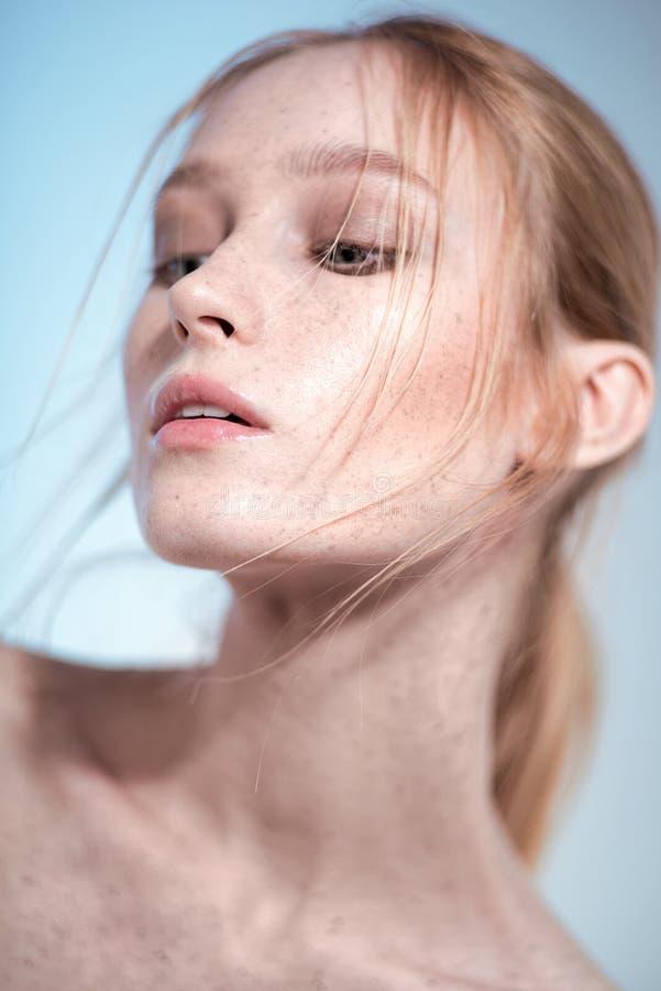 Porträt von schönen Blondinen mit nacktem Make-up lizenzfreies stockbild