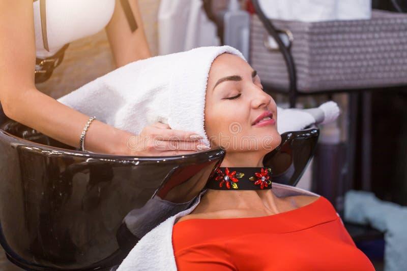Porträt von schönen Brunettefrauen in einem Schönheitssalon Haarpflege, stockbild