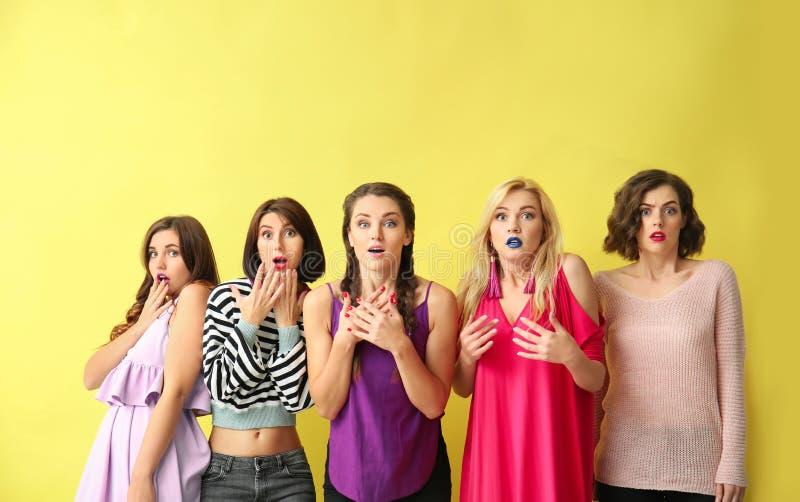 Porträt von schönen entsetzten Frauen auf Farbhintergrund lizenzfreie stockfotografie