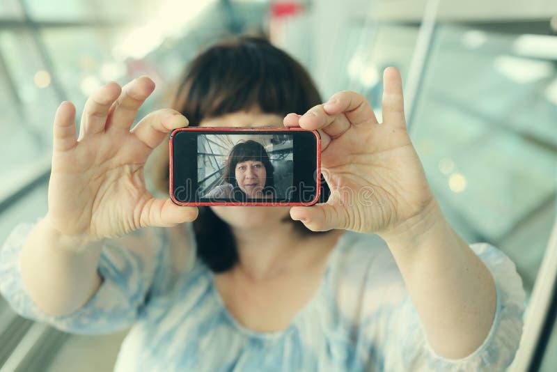 Porträt von schönen 45 Jahren alten Frau lizenzfreie stockfotografie