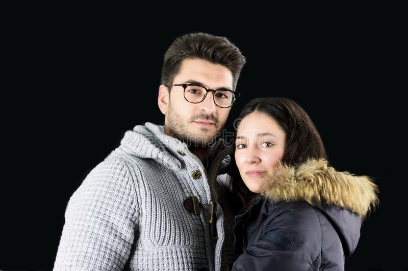 Porträt von schönen jungen Paaren im Winter kleidet stockfoto