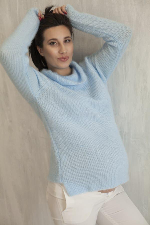 Porträt von schönen schwangeren Frauen vor Lieferung im Weiß stockfotos