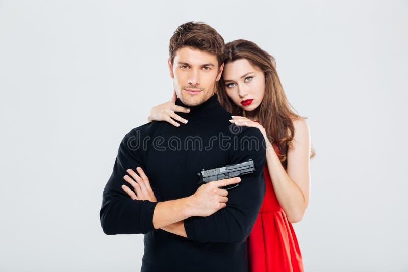 Porträt von schönen stilvollen jungen Paaren mit Gewehr lizenzfreies stockbild