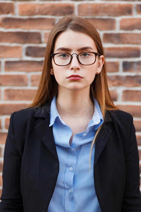 Porträt von schönen tragenden Gläsern der Geschäftsfrau stockbilder