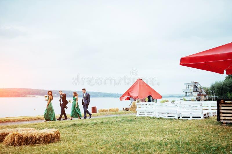 Porträt von schöner junger Treiber und Brautjungfern hochzeit stockfotografie