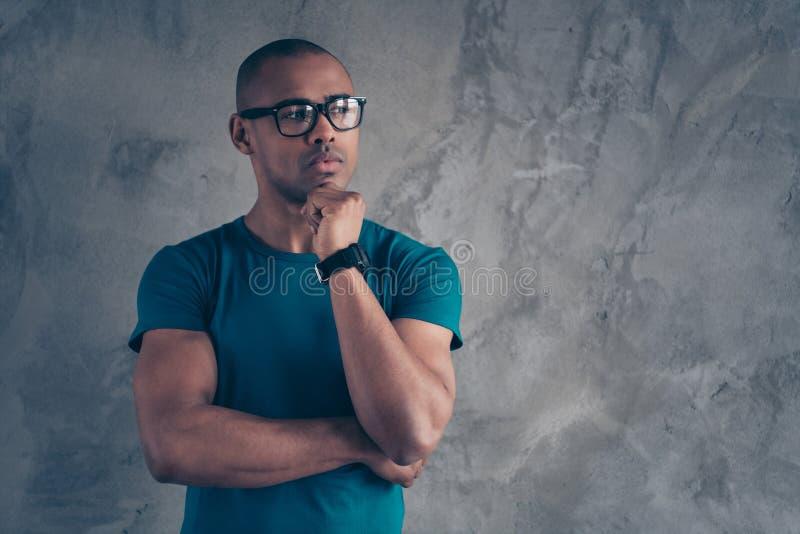 Porträt von seinem er netter reizender attraktiver muskulöser viriler schöner männlicher Kerl, der blaues T-Shirt modernes neues  lizenzfreies stockfoto