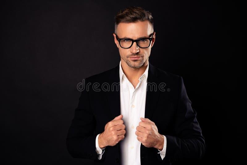 Porträt von seinem er Spitzenberufswirtschaftswissenschaftlerbanker des schön aussehenden attraktiven zufriedenen Immobilienpartn lizenzfreie stockfotografie