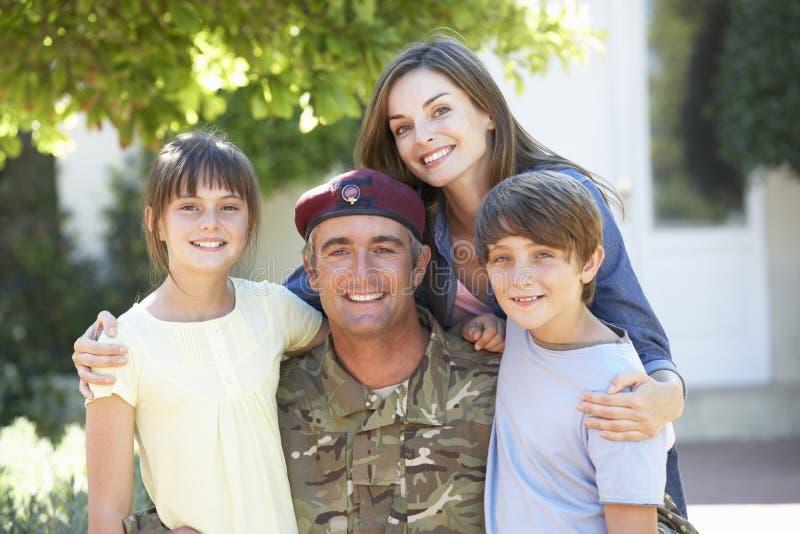 Porträt von Soldat-Returning Home With-Familie lizenzfreie stockfotos