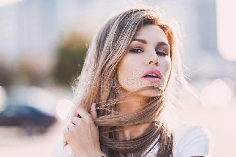 Porträt von stilvollem sexy der Mode von jungen Hippie-Blondinen, elegante Dame, helle Farben kleiden, kühles Mädchen an Stadtans lizenzfreies stockfoto