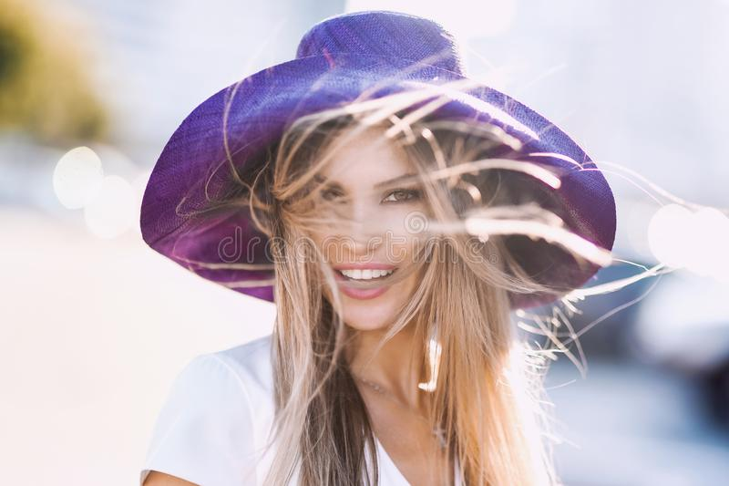 Porträt von stilvollem sexy der Mode von jungen Hippie-Blondinen, elegante Dame, helle Farben kleiden, kühles Mädchen an Stadtans lizenzfreie stockbilder