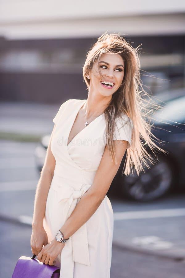 Porträt von stilvollem sexy der Mode von jungen Hippie-Blondinen, elegante Dame, helle Farben kleiden, kühles Mädchen an Stadtans lizenzfreies stockbild