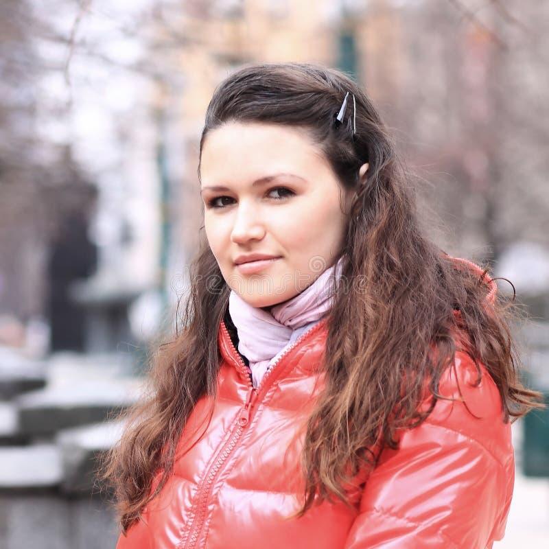 Porträt von Studentinnen auf dem Hintergrund der Stadt stockfoto
