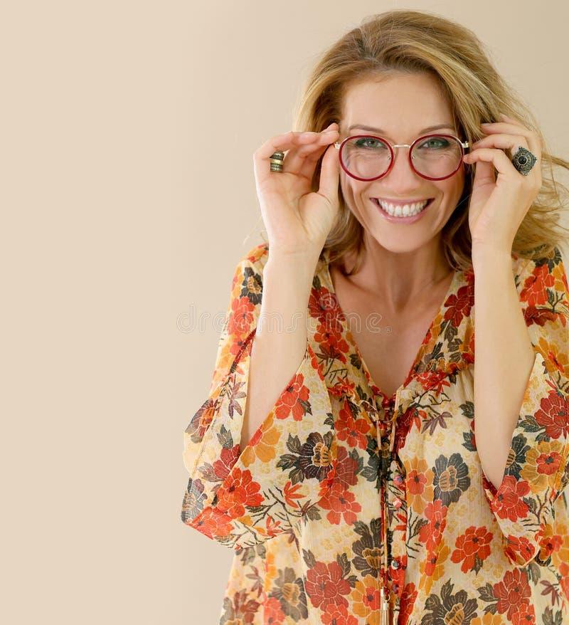 Porträt von tragenden Brillen der attraktiven reifen Frau stockfoto