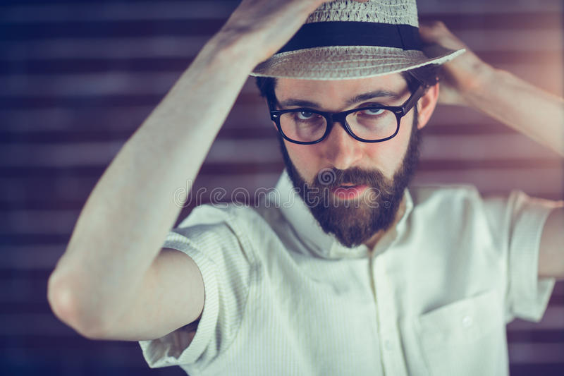 Porträt von tragenden Brillen und Hut des gutaussehenden Mannes lizenzfreies stockfoto