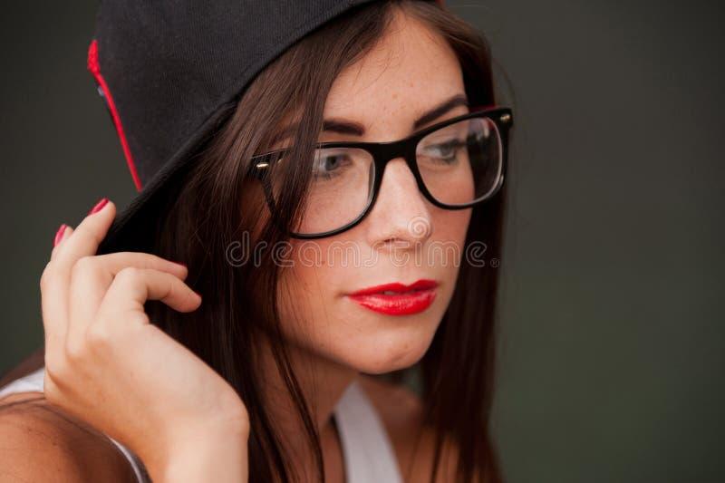 Porträt von tragenden Gläsern des jungen Mädchens stockfoto