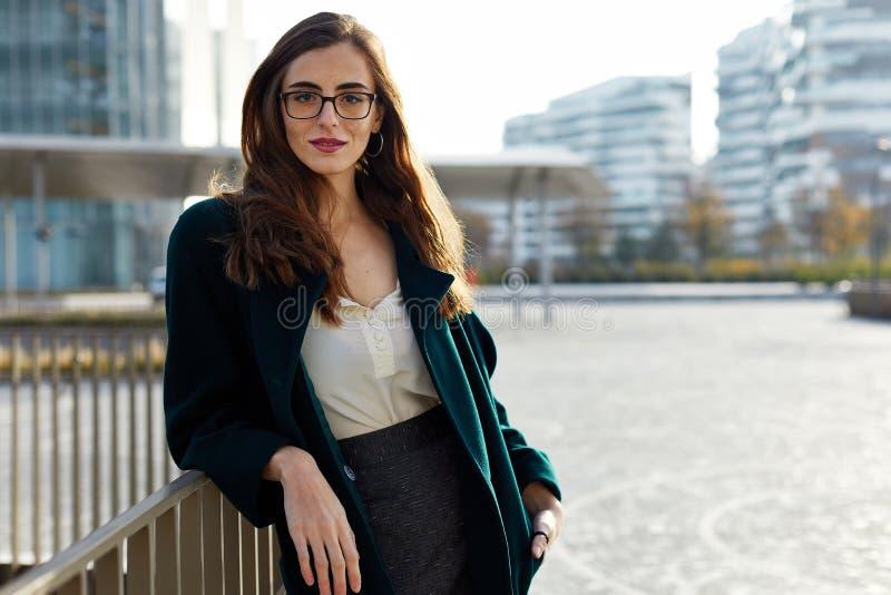 Porträt von tragenden Gläsern einer überzeugten Geschäftsfrau stockfotos