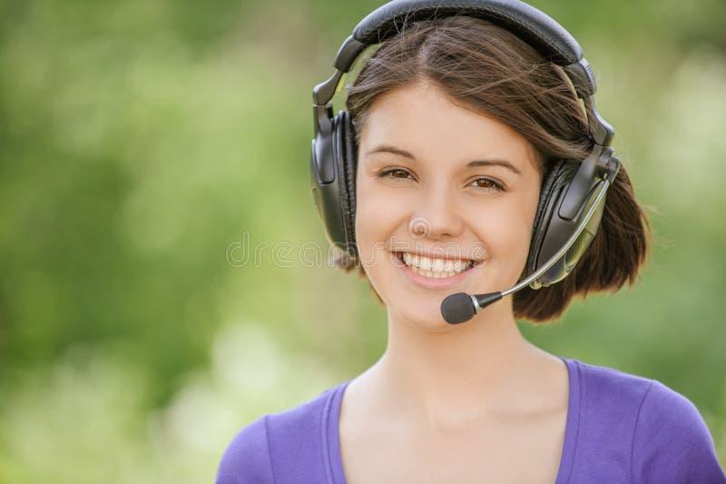 Porträt von tragenden Kopfhörern der jungen Frau lizenzfreie stockfotografie