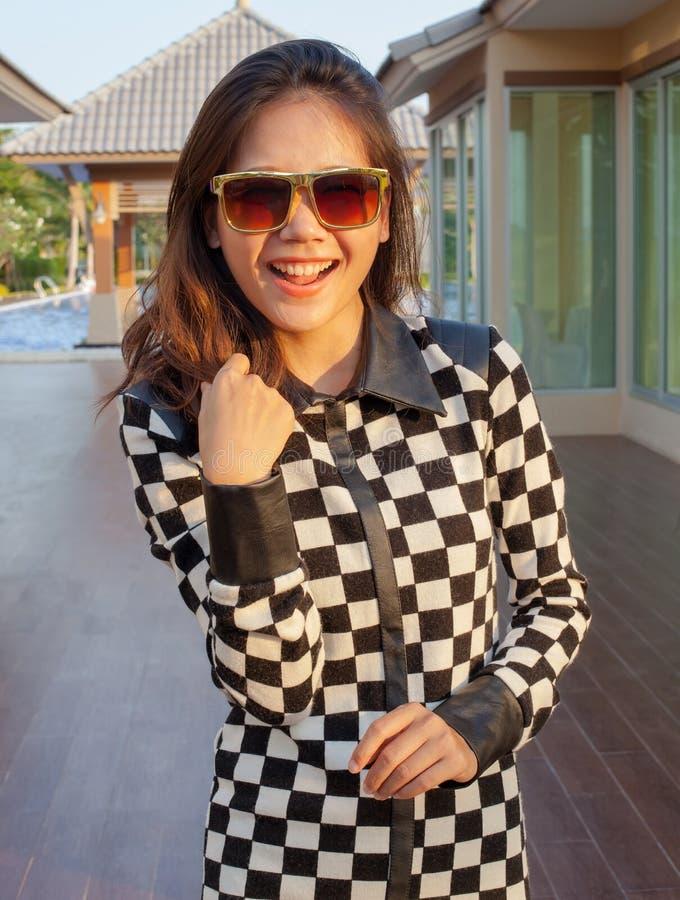 Porträt von tragenden Sonnenbrillen des schönen jugendlich Mädchens mit reizendem stockbilder