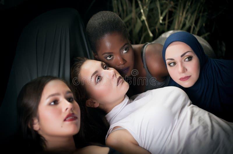 Porträt von vier Mädchen mit unterschiedlicher Hautfarbe und -nationalität lizenzfreies stockbild