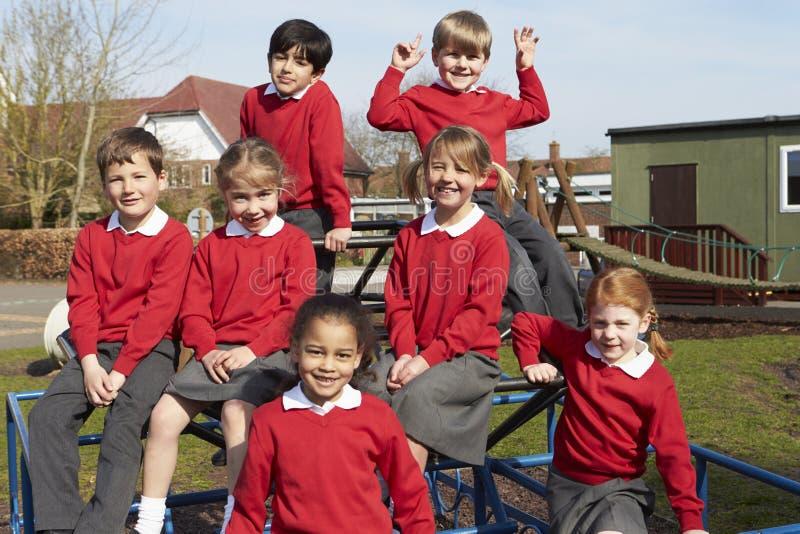 Porträt von Volksschule-Schülern auf kletternder Ausrüstung lizenzfreies stockfoto