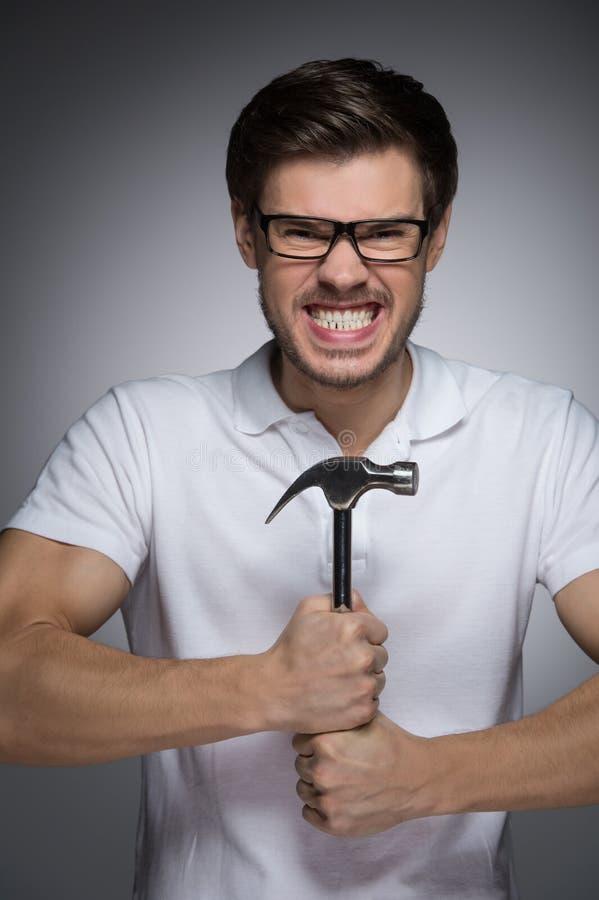 Porträt von wütenden jungen Männern in den Brillen, die Hummer in hallo halten stockfotografie