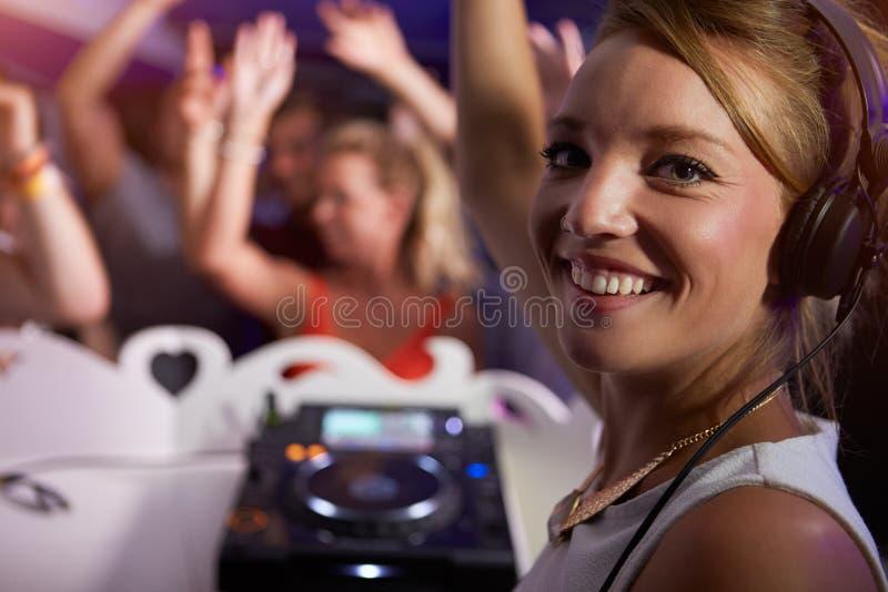 Porträt von weiblichem DJ mit Menge im Hintergrund stockfotos