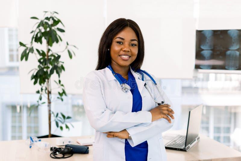 Porträt von weiblichen Ärzten im Ärzteschrank Erfolgreiche afrikanische Ärztin im Amt stockbild