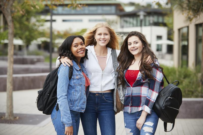 Porträt von weiblichen hohen Schülern außerhalb der College-Gebäude lizenzfreie stockfotos