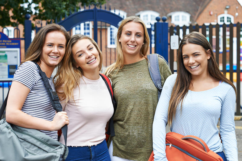 Porträt von weiblichen Jugendstudenten außerhalb des Schulgebäudees stockbilder