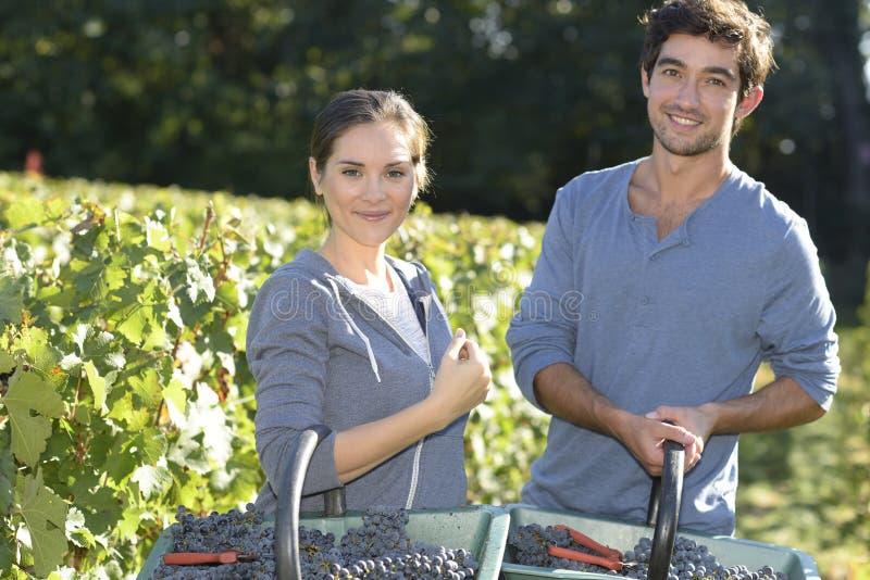 Porträt von Weinbauern mit Trauben stockfoto