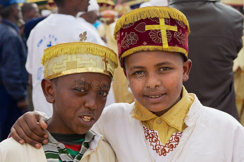Porträt von zwei äthiopischen Jungen, die traditionelle Kostüme während religiöser Feiern Timkat Christian Orthodox I tragen lizenzfreie stockfotos