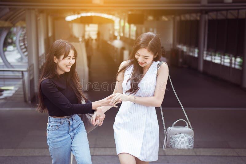 Porträt von zwei asiatischen besten Freunden, die glückliches zusammen gehen lächeln und glauben stockfoto