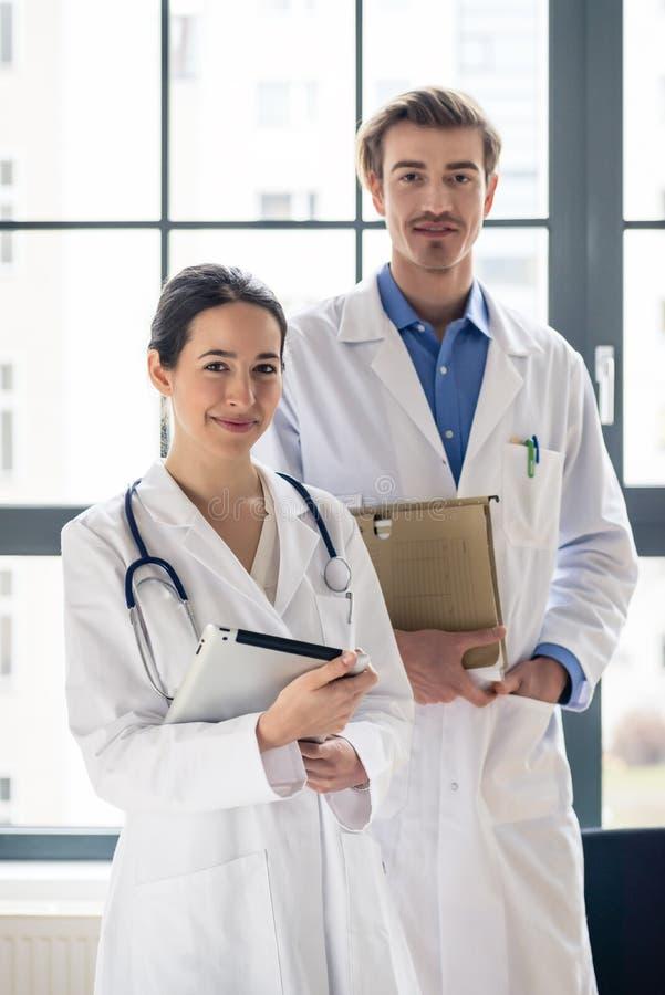 Porträt von zwei bestimmte die Ärzte, die Kamera in einem Umb. betrachten lizenzfreie stockbilder