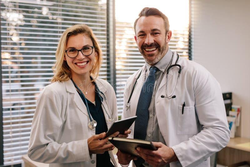 Porträt von zwei engagierten Doktoren lizenzfreies stockfoto