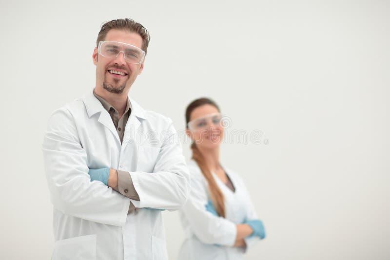 Porträt von zwei erfolgreichen Forschern, die zusammen stehen stockfoto