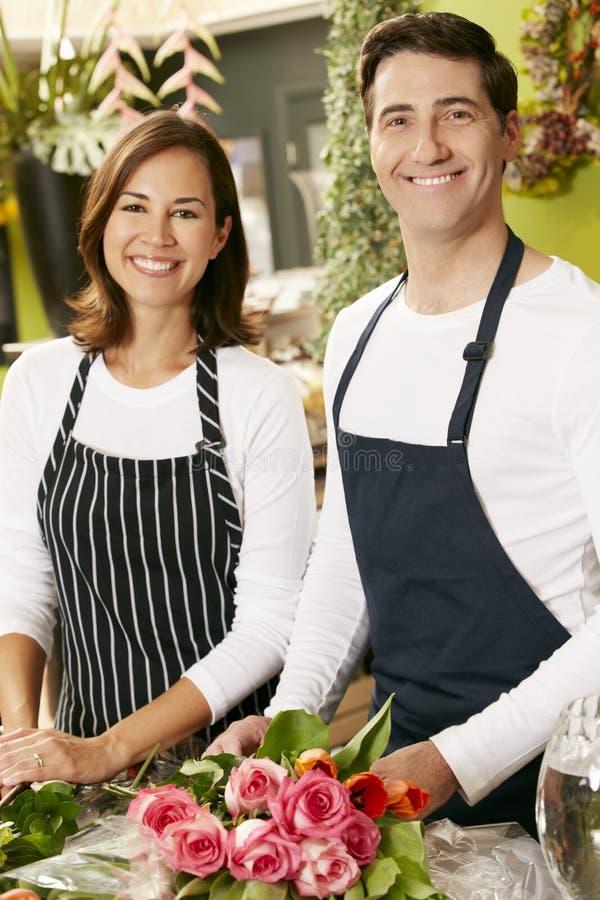 Porträt von zwei Fachverkäufern im Floristen-Shop lizenzfreie stockfotos