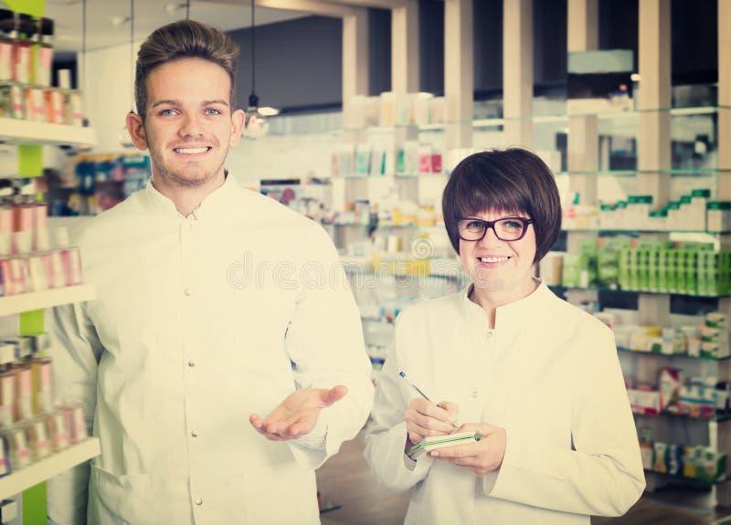 Porträt von zwei freundlichen erwachsenen Apothekern stockbilder