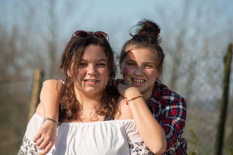 Porträt von zwei glücklichen Schwestern, draußen stockfotografie