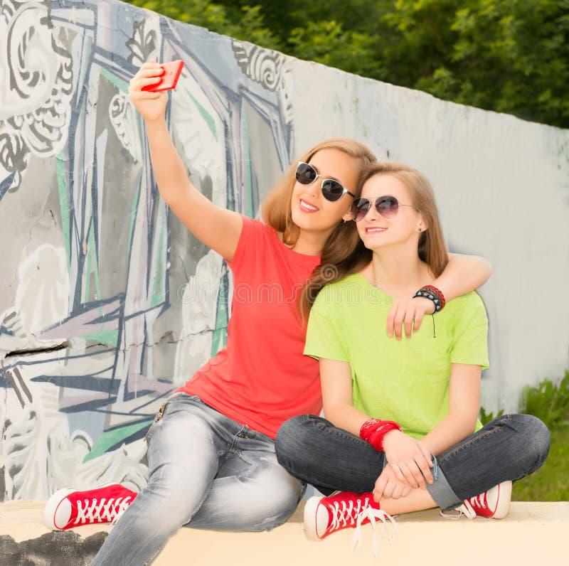 Porträt von zwei Jugendlichefreunden in der Hippie-Ausstattung, die f hat stockbild