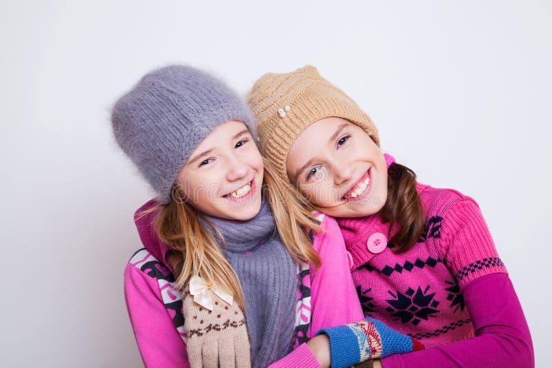 Porträt von zwei jungen schönen Mädchen lizenzfreie stockfotografie
