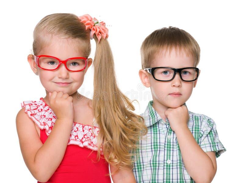 Porträt von zwei klugen Kindern lizenzfreie stockfotografie