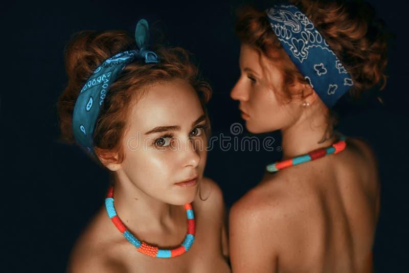 Porträt von zwei Mode-Modellen der jungen Mädchen der Schwestern mit gorgeou stockfotos