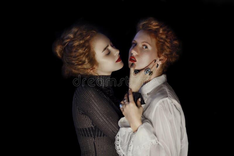 Porträt von zwei Mode-Modellen der jungen Mädchen mit herrlichem gelocktem stockbilder