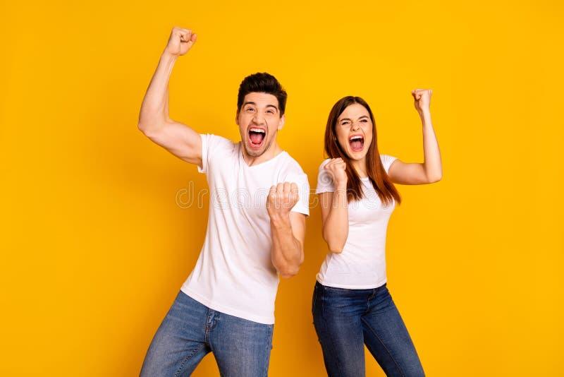 Porträt von zwei netten attraktiven reizenden entzückenden reizend netten heitren verrückten ekstatischen Leuten, die Spaßlotteri lizenzfreie stockfotos