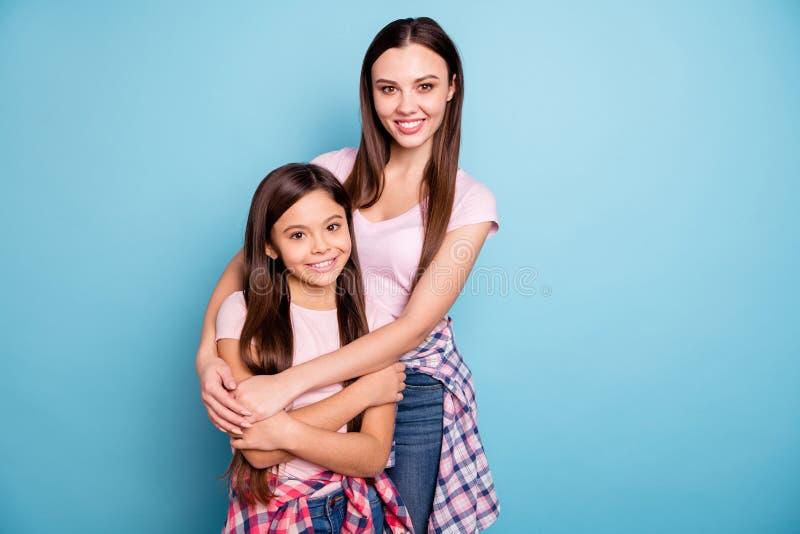 Porträt von zwei netten heitren gerad-haarigen streichelnden Mädchen des netten netten reizend attraktiven reizenden anziehenden  lizenzfreies stockbild